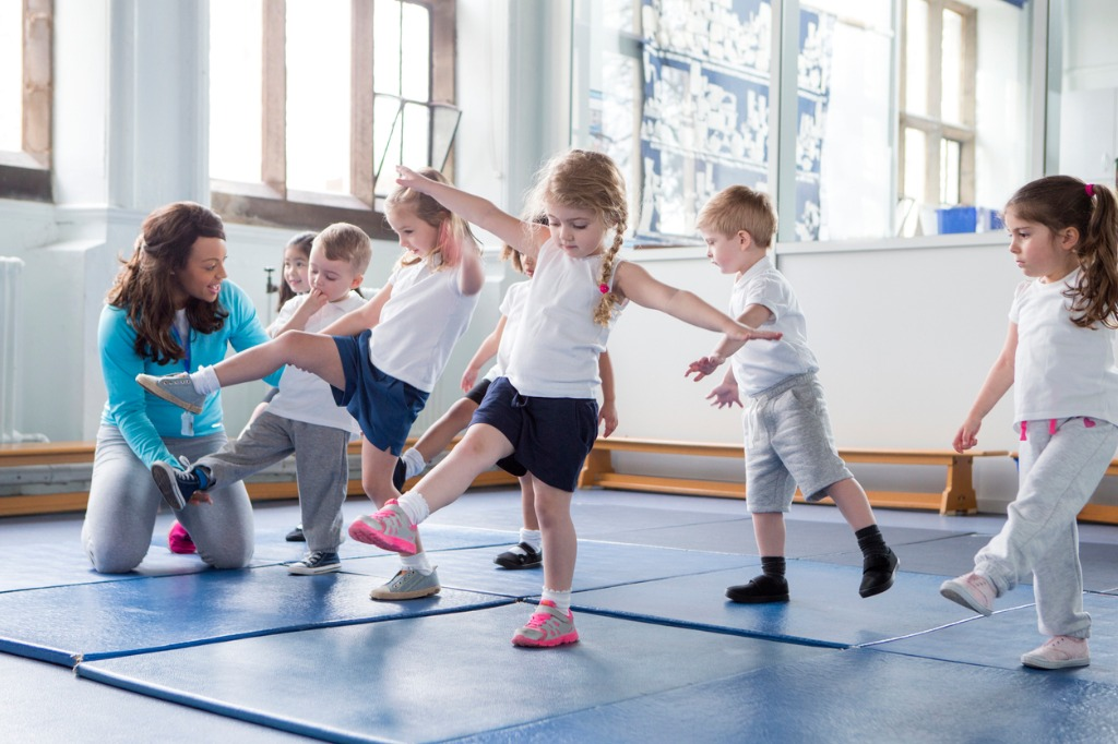 certifystrong-trainer with kids in the gym